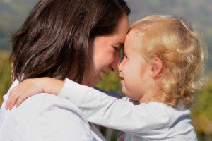 Mama und Kind gucken sich glücklich in die äugen
